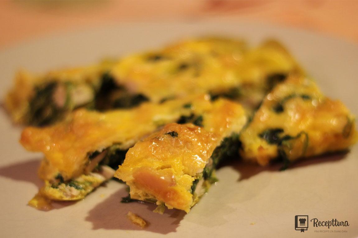 Slasni zapečeni špinat s piletinom, sirom i jajima.